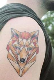 彩色狐狸纹身 男生大臂上几何狐狸纹身图片