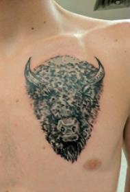 公牛头纹身 男生胸部黑色的牛头纹身图片