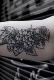 树叶纹身图 男生手臂上树叶纹身图片