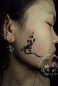 美女脸部个性纹身