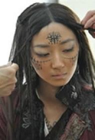 南蛮女王脸部纹身