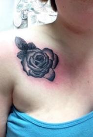 欧美玫瑰纹身 女生锁骨下欧美玫瑰纹身图片