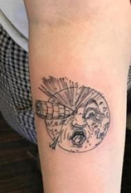 纹身月亮 男生手臂上创意的月亮纹身图片