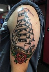 大臂纹身图 男生大臂上花朵和帆船纹身图片