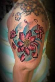 大臂纹身图 男生大臂上彩色的莲花纹身图片