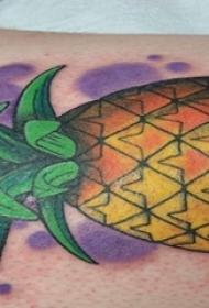 手臂纹身素材 男生手臂上彩色的菠萝纹身图片