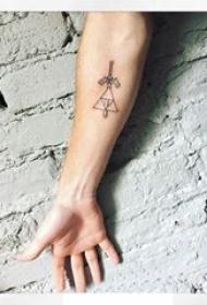 手臂纹身素材 男生手臂上三角形和宝剑纹身图片
