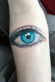 眼睛纹身 男生手臂上彩色的眼睛纹身图片