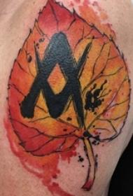 枫叶纹身图 男生大臂上彩色的枫叶纹身图片