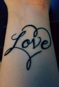 心形带英文纹身 女生手腕上黑色心形带英文纹身图片