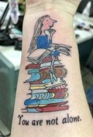 纹身书籍 男生手臂上卡通人物和书籍纹身图片