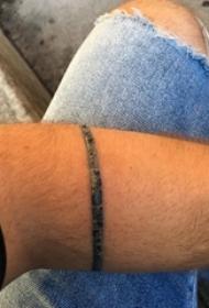 龙臂环纹身 男生手臂上黑灰的臂环纹身图片
