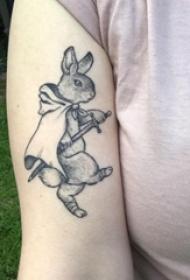 纹身兔 女生手臂上黑灰兔子纹身图片