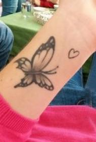 3d蝴蝶纹身 女生手腕上黑色的蝴蝶纹身图片