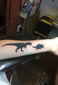 手臂纹身素材 男生手臂上黑色的恐龙纹身图片