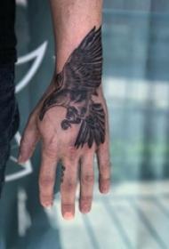 纹身老鹰图案 男生手背上黑灰纹身老鹰图案