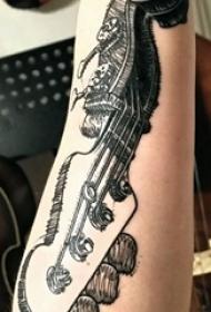 简单吉他纹身 男生手臂上简单吉他纹身图片