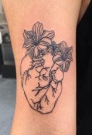 心脏纹身图案 女生手臂上心脏纹身图案