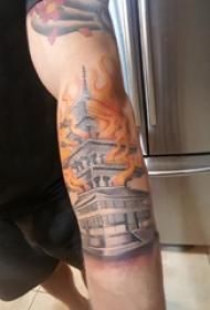修建物纹身  男内行臂上火焰和修建物纹身图片