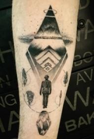 手臂纹身素材 男生手臂上黑色的人物和飞碟纹身图片