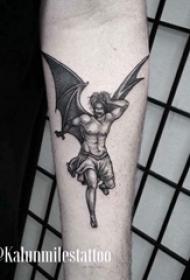 纹身守护天使 男内行臂上黑色的天使纹身图片