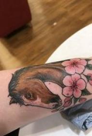 飞马纹身女 女生手臂上花朵和马纹身图片