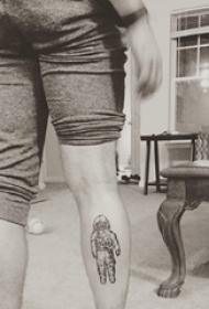 宇航员纹身  男生小腿上黑色的宇航员纹身图片