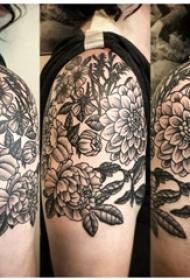 文艺花朵纹身 女生手臂上黑色纹身花朵图片