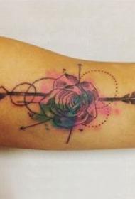 大臂纹身图 男生大臂上花朵和箭纹身图片