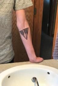 三角形纹身图 男生手臂上精致的三角形纹身图片