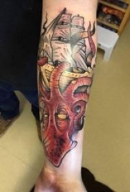 手臂纹身素材 男生手臂上章鱼和帆船纹身图片