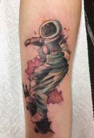 宇航员纹身图案 男生手臂上创意宇航员纹身图片