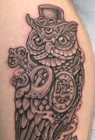 纹身猫头鹰 男生小腿上黑灰纹身猫头鹰图片