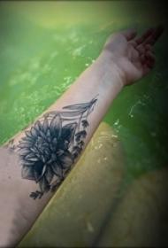 莲花纹身 女生手臂上黑灰纹身莲花图片