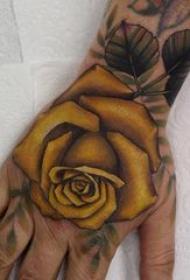 纹身玫瑰 男生手背上彩色的玫瑰纹身图片