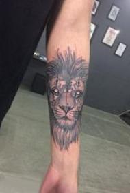 狮子花臂纹身图案 男生手臂上黑色的狮子纹身图片