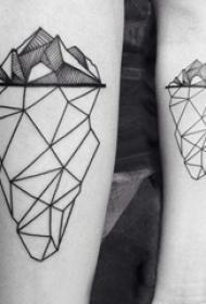 手臂纹身素材 女生手臂上黑色的山纹身图片
