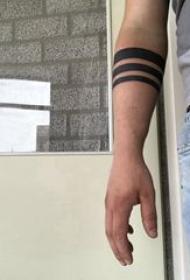 龙臂环纹身 男生手臂上黑色的臂环纹身图片