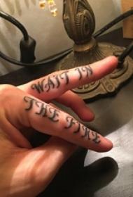 花體英文紋身 男生手指上花體英文紋身圖片