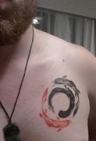 太极阴阳鱼纹身 男生胸部彩色的太极阴阳鱼纹身图片