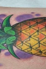 彩绘纹身 男生手臂上彩绘纹身菠萝图案
