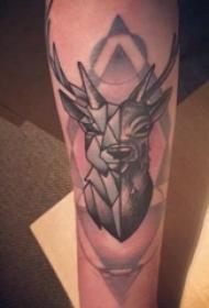 几何动物纹身 男生手臂上黑色的鹿纹身图片