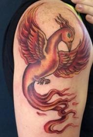 纹身凤凰图 男生大年夜臂上黑色的凤凰纹身图片