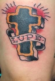 纹身小十字架 男生手臂上英文和十字架纹身图片