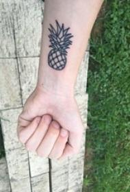 极简线条纹身 女生手腕上黑色的菠萝纹身图片