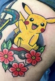 纹身卡通 女生大腿上花朵和皮卡丘纹身图片