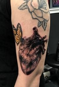 大臂纹身大全图片 男生大臂上蝴蝶和心脏纹身图片