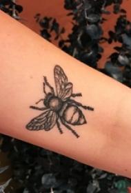 小蜜蜂纹身 女生手臂上小蜜蜂纹身动物图案