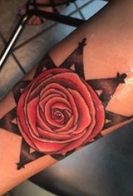 文艺花朵纹身 女生手臂上欧美玫瑰纹身图片