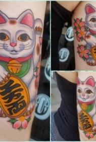 日式招财猫纹身 女生手臂上花朵和